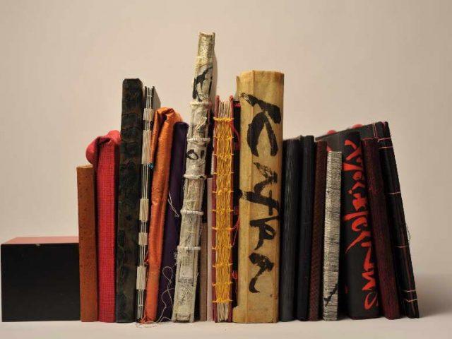 20 handgemaakte boeken op een rij